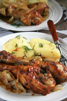Kurczak jest przepyszny, mięso pozostaje bardzo soczyste, lekko pikantne i wyraziste. A w cebulce, z którą się piekł można się zakochać ...