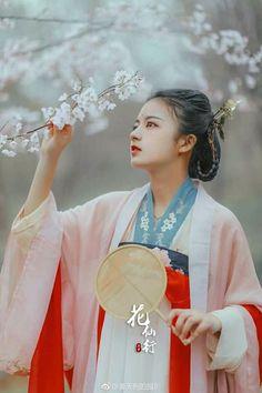 Thoái cư mạn đề kỳ 1          _ Tư Không Đồ_ Đường  Hoa đã tàn, dù lòng còn thương xót cũng khó mà chắp lại lên cành Tiếng oanh kêu ríu rít cũng cần chú ý mà lắng nghe. Tiếc xuân,  xuân cũng sẽ qua, Cho nên hãy học cách quý trọng màu xanh tươi của cỏ non trước mặt trước thời khắc chúng phải úa tàn. Chinese Clothing, China, Hanfu, Traditional Outfits, Asian Beauty, Cosplay, Make Up, Romantic, Art Prints