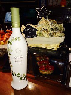 Increíble etiqueta retráctilada con motivos florales de vino blanco.