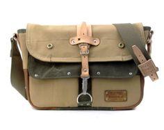 POR FAVOR ELIJA EL TAMAÑO CORRECTO: Ordenador portátil de 15: 9.8  H x 13,4  W x 5 D (25 cmH x 36 cmB x 13) Ordenador portátil de 17: 11.8 H x 15,5  W x 5 D (30 cmH x 40 cmB x 13 cmT)  Hecho de un reciclado alemán Marina de guerra-kitbag y una chaqueta de cuero. Interior se encuentran abiertos útiles dos bolsillos. Exterior tiene 3 bolsillos uno con un cierre relámpago (debajo de la aleta), asideros de cuero en la parte superior, broches para cerrar todos los bolsillos, bolsillos en ambos…