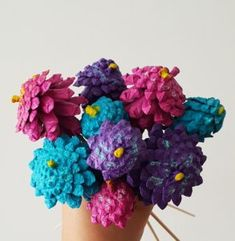 denneappel bloemen knutselen om mee te spelen. - Kreanimo Flower Crafts, Craft Flowers, Blogger Themes, Pine Cones, Crochet Necklace, Alice, Om, Create, Scouts