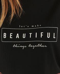 Camiseta asimétrica con mensaje negro