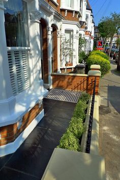 Clapham Balham Victorian Mosaic Tile Path Black And White Red Brick Wall Metal Wrought Iron Rail And Gate Stone Caps Yorkstone - London Garden Design Cottage Front Garden, Victorian Front Garden, Front Yard Garden Design, Victorian Terrace House, House Front Gate, House Entrance, Terrace House Exterior, Victorian Mosaic Tile, Small Front Gardens