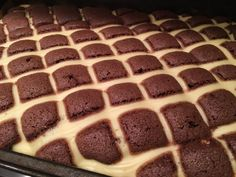 Quilted blanket with chocolate cream and bananas NejRecept. No Bake Desserts, Delicious Desserts, German Cake, Hungarian Recipes, Chocolate Cream, Cakes And More, Sweet Recipes, Cake Decorating, Food And Drink