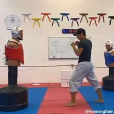 Taekwondo Techniques, Martial Arts Techniques, Gym Workout Videos, Gym Workout For Beginners, Kickboxing Workout, Roundhouse Kick, Self Defense Martial Arts, Martial Arts Weapons, Gymnastics Videos