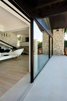 These exterior walls turn residential interiors into open-air dwellings and admit gorgeous views into commercial spaces. Invisible Sill Vitrocsa By bringin Sliding Wall, Modern Sliding Doors, Sliding Glass Door, Glass Doors, Patio Interior, Interior And Exterior, Stucco Exterior, Door Design, House Design