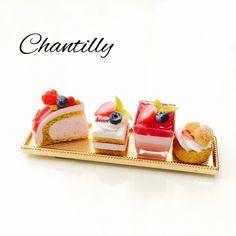 ■苺のケーキ4種類セットです。 主に粘土で製作しました。金属トレイはケーキ皿をイメージした撮影小物ですが、ご希望の方にはプレゼント致します。※但しミニチュア用の皿ではないため裏面には突起や剥げ等が御座いますので予めご了承下さい。■ご希望の方には無料でアク...