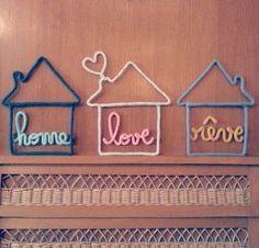 Grande maison avec mot de son choix à l'intérieur.Les maisons sont faites en laine (voir le nuancier pour spécifier la couleur lors de la commande) et demandent un délai de confection d'environ 15 jours.2 options:- cheminée simple- cheminée avec coeur qui s'en échappeLe mot à l'intérieur devra être très court (love, rêve, hope...etc...)N'hésitez pas à poser toute question! Merci ♪