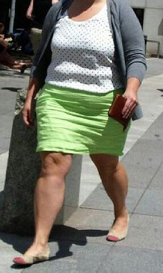 Lightweight linen fabric, horizontal wrinkles from the hips down to the bottom hem. Doesn't look bad on this skirt (to me), love to see women like this who aren't bothered by their skirts being really wrinkled.