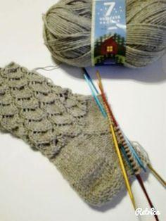 Kaaripitsi on ollut jo kauan omalla to do listalla ja muutama ilta sitten sainkin nämä puikoille. Kiva, nopea ja nätti malli ja itsellä lang... Knitting Stitches, Knitting Socks, Knitting Patterns, Crochet Chart, Diy Crochet, Glitter Wedding, Wedding Nails, Patterned Socks, Wool Socks