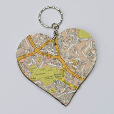 DIY heart map keyring, for that personalised touch. Diy Keyring, Map Crafts, Heart Map, Craft Stalls, Valentines Diy, Craft Fairs, Map Decorations, Gift Tags, Maps