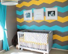 décoration murale chambre bébé: mur à chevrons gris, jaune et bleu turquoise