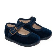 Preciosas merceditas en terciopelo azul para niñas.  Blue velvet Maryjanes for girls.  #footwear #maryjanes #girls #cheap #chic #merceditas #niñas #terciopelo #velvet  http://www.minishoes.es/es/calzado-nina-merceditas-textil/263-merceditas-al-tobillo-terciopelo-marino-nina.html