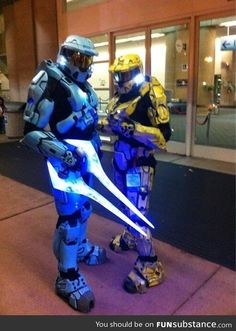 Halo cosplay with a wicked sword. With a wicked sword? It's an energy sword, it has a name! It's in the game! Halo Cosplay, Epic Cosplay, Amazing Cosplay, Anime Cosplay, Halo Sword, Halo Armor, Gi Joe, Odst Halo, Xbox