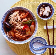 Jampong (Spicy seafood noodle soup) 오늘은 해산물이 골고루 갖춰져 짬뽕을 만들어 보았습니다. 전에 사먹은것보다 맛있음 ㅎㅎㅎ **요리법- 뜨겁게 달군 팬에 Spicy chili crisp (중국 양념중 매운고추가 기름에 들어간 것이 있음) 을 한숫깔 떠넣고 고추기름도 한숫갈에 고추장용 고추가루 반술정도 마늘다진것과 오징어를 넣고 볶다 야채도 넣고 재빨리 센불에서 볶다 (배추, 당근, 양파,고추, 표고버섯, 석이버섯) 조개, 홍합, 새우는 넣고 치킨스톡과 물넣고 굴소스 작은한술, 소금은 마음대로, 생강가루 쬐끔을 넣고 부들 부글 끓여 파하고 팽이버섯넣고 휘휘저어 삶아놓은 국수에 담아 냠냠~ 끝. *양파는 제일처음 요리시작헐때 간단히 간장반 사과식초반 담아뒀다 먹음 맛있음. 입에서 냄새가 좀 강하게 난다는게 흠 ㅎㅎㅎ