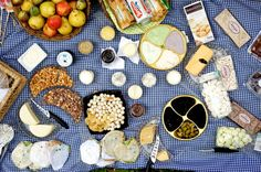 Planning a picnic doesn't have to be stressful or expensive. Use these nine budget picnic essentials to create the perfect picnic without breaking the bank. Picnic Spot, Beach Picnic, Summer Picnic, Healthy Picnic, Discovery Green, Picnic Essentials, Date Recipes, Perfect Date, Activities To Do