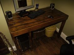 Computer desk made from pallet board. Oh the possibilities...