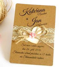 Svatební oznámení Svatební oznámení z kraftové čtvrtky. Je ozdobené smetanovou krajkou, jutovou mašlí a světle růžovým papírovým květem. Písmo i text je ilustrativní, na úpravách se dohodneme vnitřní poštou.