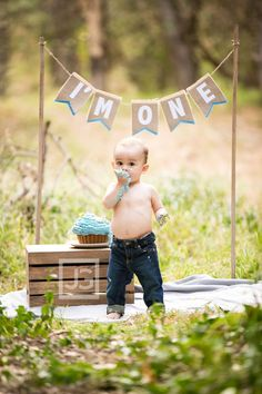 Cake Smash idea for first birthday photoshoot (One Year Cake Boy) Baby Boy First Birthday, First Birthday Parties, 1st Birthday Party Ideas For Boys, 1 Year Old Birthday Party, Birthday Flags, Baby Boy 1st Birthday Party, Birthday Gifts, 1st Birthday Photoshoot, 1st Birthday Pictures