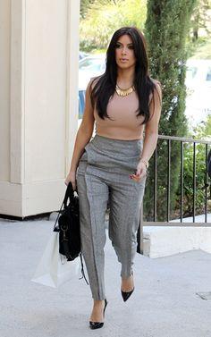 Calça social cintura alta de cor neutra, roupa para reunião de trabalho.