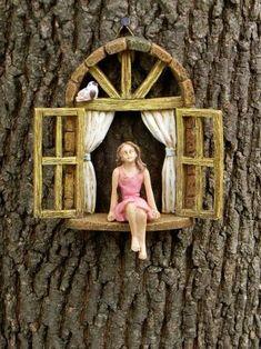 Diese Miniatur-Witwe mit kleinen sitzen Mädchen werden eine schöne Ergänzung zu Ihrer Märchengarten oder Miniatur-Garten. Es kann aus einem Baumstumpf aufgehängt werden oder freistehend. Gefertigt aus Resin. Ich habe das Fenster und ein winziger Vogel für einen zusätzlichen Hauch von Spleen Netzchen rustikale Bildschirm hinzugefügt. Färbung und Pose des Vogels variieren. Kommt mit dem Aufhänger auf der Rückseite zum einfachen Aufhängen. Das Mädchen ist auf dem Fenstersims geklebt und kann…