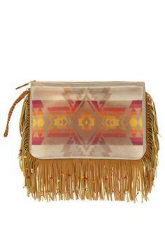 Una borsa etno di ispirazione squaw è il must have dell'autunno.  Pomikaki (€ 58)