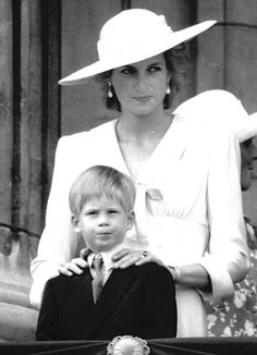 June Princess Diana with Prince Harry and other members of the Royal family on the balcony of Buckingham Palace for the Trooping the Colour ceremony. Princess Diana Dresses, Princess Diana Family, Princes Diana, Royal Princess, Princess Of Wales, Lady Diana Spencer, Diana Son, Prince William And Harry, Prince Harry And Meghan