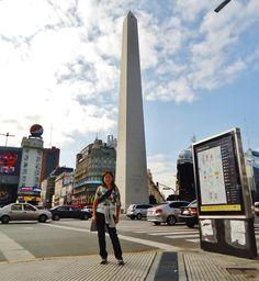 Paseando cerca al Obelisco de la ciudad de Buenos Aires.