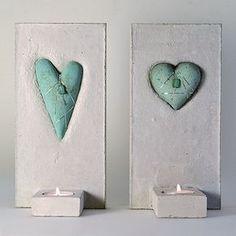 Art nr: 200-23 Koppargrönt hjärta lindat med silverfärgad metalltråd och grön pärla. Inget hjärta är exakt det andra likt. Välj om du vill ha avlångt eller