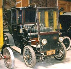 1905 Electromobile first owned by Larz and Isabel Anderson. America's oldest car collection and is in Massachusetts.  Electromobile is a British electric marque  1901-1920.