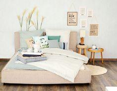 Ein weißes Schlafzimmer mit weißem PAX Kleiderschrank mit weißen ...