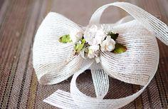 Lazo de saco marfil con flores secas y de papel al centro