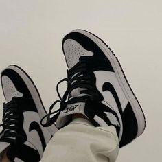 Jordan Shoes Girls, Girls Shoes, Jordan Outfits, Looks Hip Hop, Aesthetic Shoes, Aesthetic Dark, Aesthetic Grunge, Aesthetic Vintage, Aesthetic Fashion