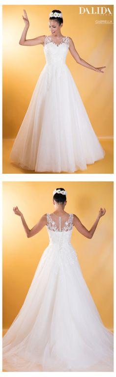 G A B R I E L L A - Abito da sposa - Un modello redingote con scollo a  cuore impreziosito da ricami in pizzo e una vaporosa gonna in tulle. b3ea3c517d9