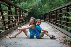 Sibling Photography Poses outside | Summer sibling photos outdoors #siblings ... | phototgrahpy ideas