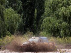 Nach einem Unwetter bei der Rallye Dakar durchquert der Venezolaner Nunzio Coffaro auf der 8. Etappe von Salta nach San Miguel de Tucuman ein Flussbett. (Foto: Felipe Trueba/dpa)