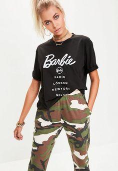 C'est la pièce que toutes les it girls ont adopté et vous allez le faire aussi. Décoré du logo Barbie et de toutes les capitales de la mode, ce T-shirt casual cool affiche la couleur.