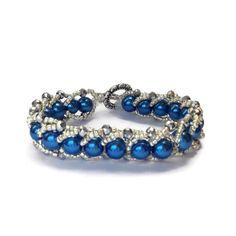 Perfetto in ogni momento, questo braccialetto nasce da un romantico intreccio tra la femminilità dell' indaco intenso e la saggezza del lucente argento.