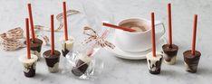 sucette au chocolat noir et blanc de forme conique à plonger dans la tasse de chocolat chaud