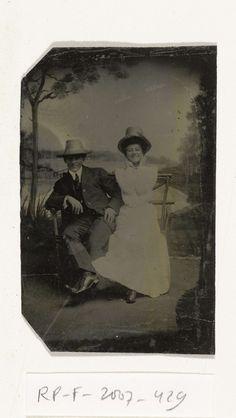 Portret van een man en vrouw (Chas en Bo), zittend voor een geschilderd achtergronddoek (meer met bomen, Puddin Bay), anoniem, 1905