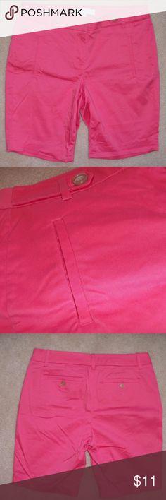 "Ann Taylor LOFT Coral/pink bermuda shorts sz 4 Ann Taylor LOFT Coral/pink bermuda walking shorts size 4 EUC  97% Cotton & 3% Spandex.  Waist: ~33"" Rise: ~9"" Inseam: ~33"" LOFT Shorts Bermudas"