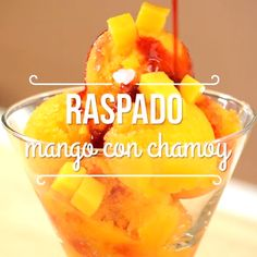 Refresh yourself without leaving home preparing this practical recipe of Mango Scraping with chamoy and enchiladas gummies, it& delicious! Mexican Snacks, Mexican Food Recipes, Mexican Drinks, Good Food, Yummy Food, Tasty, Köstliche Desserts, Delicious Desserts, Mangonada Recipe