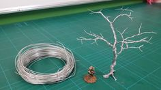 Realistic Scenic Trees - Wire Armatures (Twist technique) Skip to about 7 min--Take a bunch of wire, loop it a bunch, cut at top, keep twisting until there's a trunk, then seperate & keep twisting for branches Wire Crafts, Diy And Crafts, Upcycled Crafts, Bijoux Wire Wrap, Bonsai Wire, Model Tree, Wire Tree Sculpture, Wire Trees, Miniature Trees