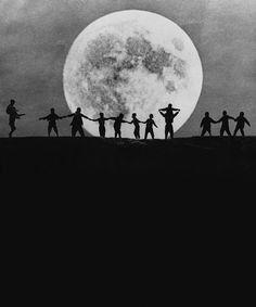 싸롱 아루스-현대사진연구회8 전몽각(Jeon, MongGag) / 제작년도 미상/ 사진/ digital print / 달빛이 밝다. 달빛이 밝은 정도가 아니라 달이 온 하늘을 가득 채우고 있다. 달 앞의 사람들은 입체감이 전혀 없다. 마치 오려 놓은 종이 인형 같이 느껴지기도 해서 재미있다. 서로 손을 맞잡고 보름달 밑에서 모두 즐겁다. 그들이 행복이 커다란 달 안에 가득차 빛나는 것 같다.