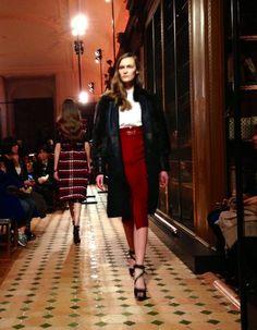 Manteau de fourrure noire, chemise blanche et jupe crayon rouge au défilé #Hermès #PFW