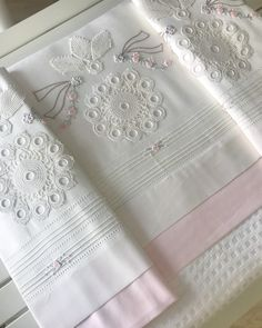 Fotoğraf açıklaması yok. Designer Bed Sheets, Baby Sheets, Designs For Dresses, Napkin Folding, Crochet Tablecloth, Crochet Art, Lace Doilies, Bed Sheet Sets, Linen Bedding