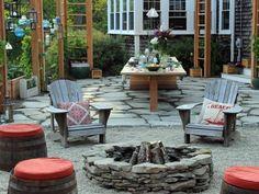 Hocker aus alten Fässer mit Sitzkissen drauf um die Feuerstelle
