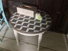 Satinelles Craie et Havane -Pochoirs Cubes et Pois Meubles Peints Style Funky, Cubes, Outdoor Furniture, Outdoor Decor, Stool, Bungalow, Table, Home Decor, Stencils