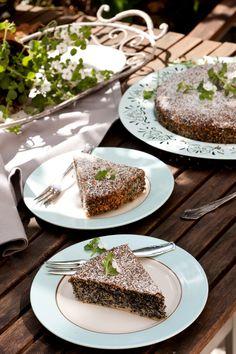Österreichischer Mohnkuchen 200 g Mohn (nicht Mohn-Back) 150 g Puderzucker 150 g weiche Butter 6 Eier 80 g gemahlene Haselnüsse ½ TL geriebene Zitronenschale 1 Schuß Rum