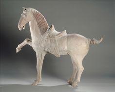 Cheval - Première moitié du VIIIe siècle, Epoque Tang (618 – 907)  Terre cuite  H : 55.5 cm L : 64.5 cm l : 19.6 cm